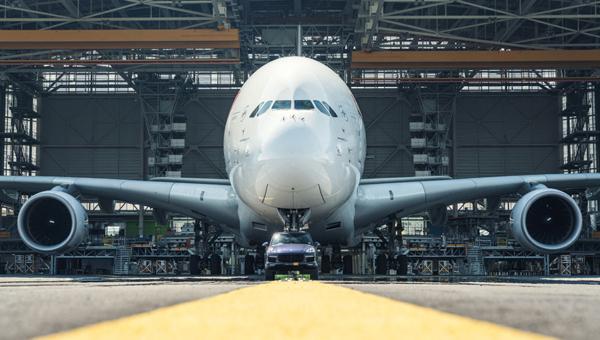 Встолице франции Порше Cayenne отбуксировал 285-тонный Airbus A380