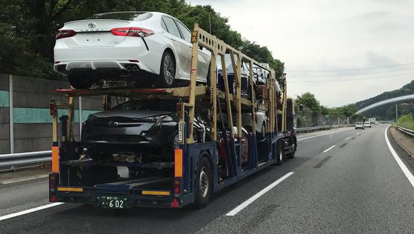 Тойота Camry обновленного поколения без камуфляжной защиты угодила вобъектив шпионов
